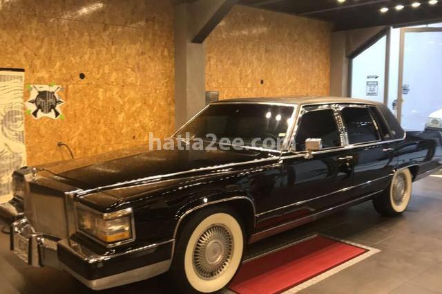 Fleetwood Cadillac أسود
