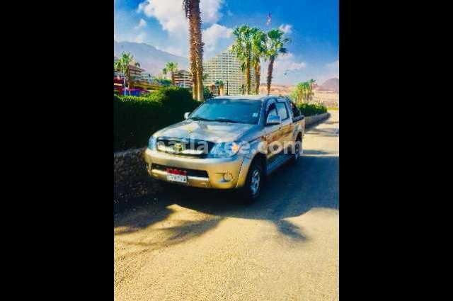 Hilux Toyota ذهبي