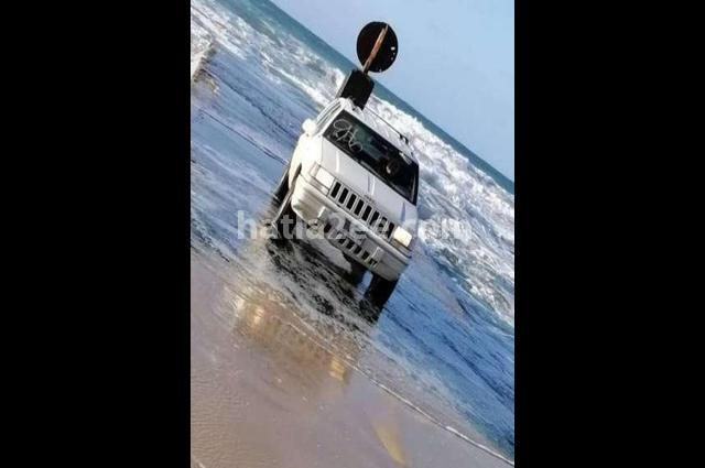 Grand Cherokee Jeep أبيض