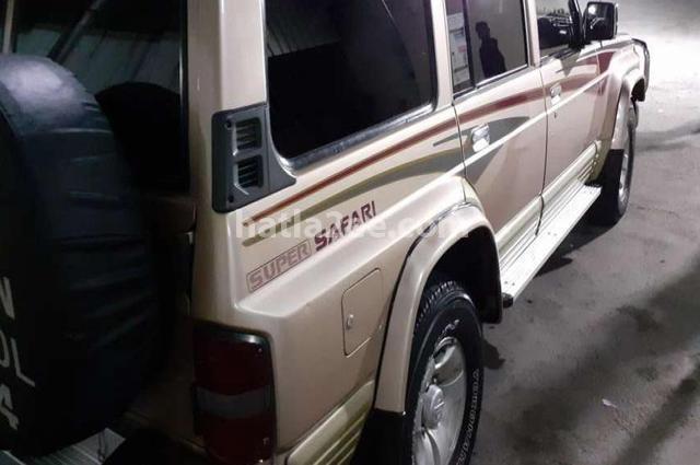 Patrol Nissan ذهبي