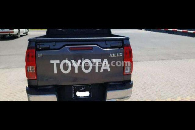Hilux Toyota رمادي