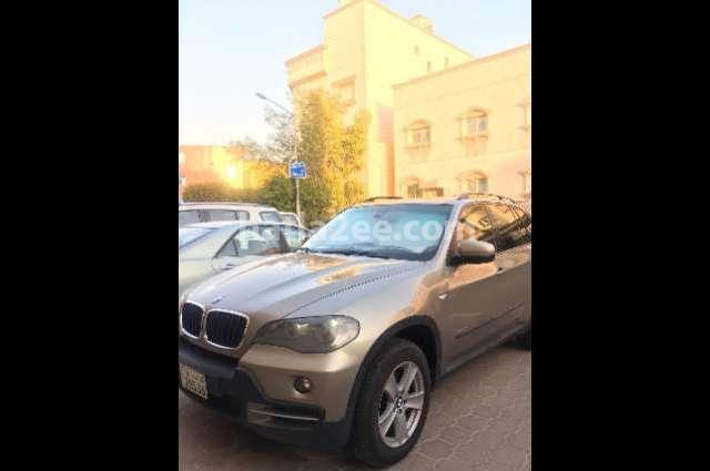 5 Series BMW ذهبي
