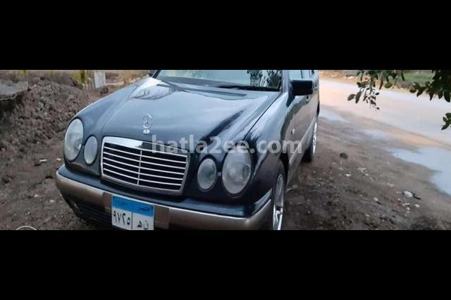 E 200 Mercedes الأزرق الداكن