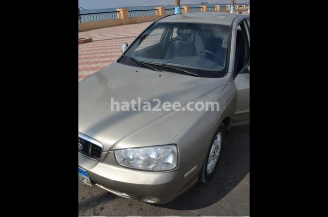 Elantra Hyundai ذهبي