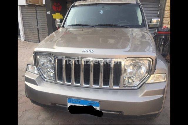 Cherokee Jeep ذهبي