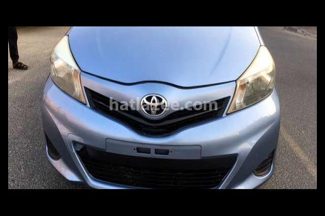 Yaris Toyota أزرق