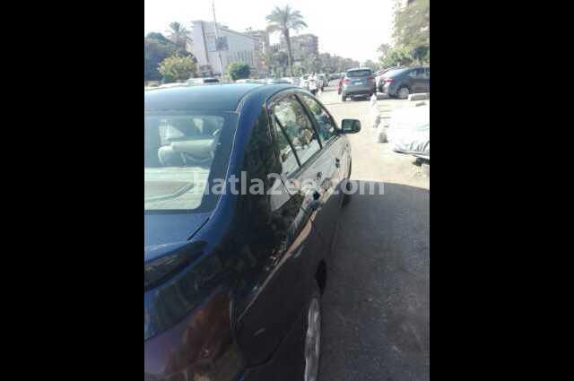 Yaris Toyota الأزرق الداكن