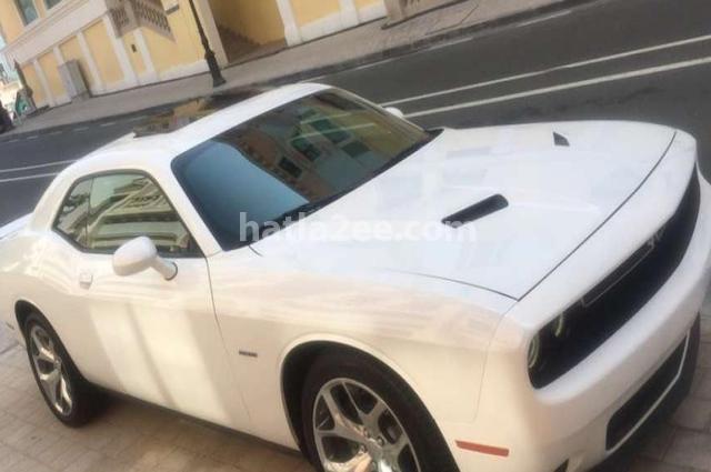 Challenger Dodge أبيض